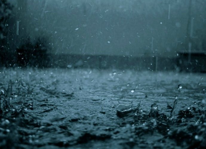 Брызги дождя дождь