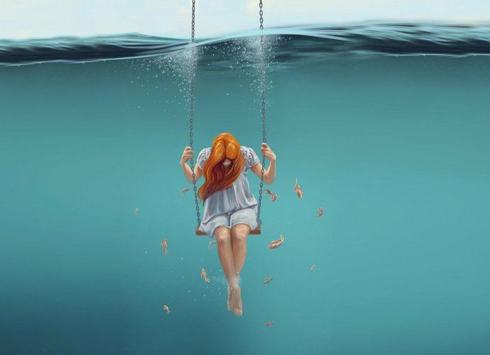 Девушка на качелях по водой рыжая море девушка