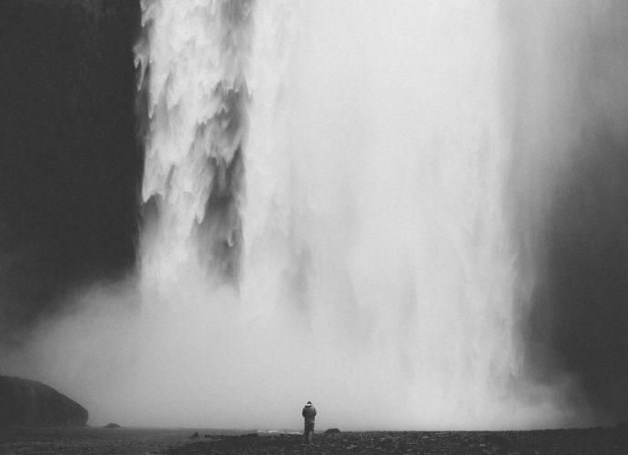 Стихия воды черно-белое водопад