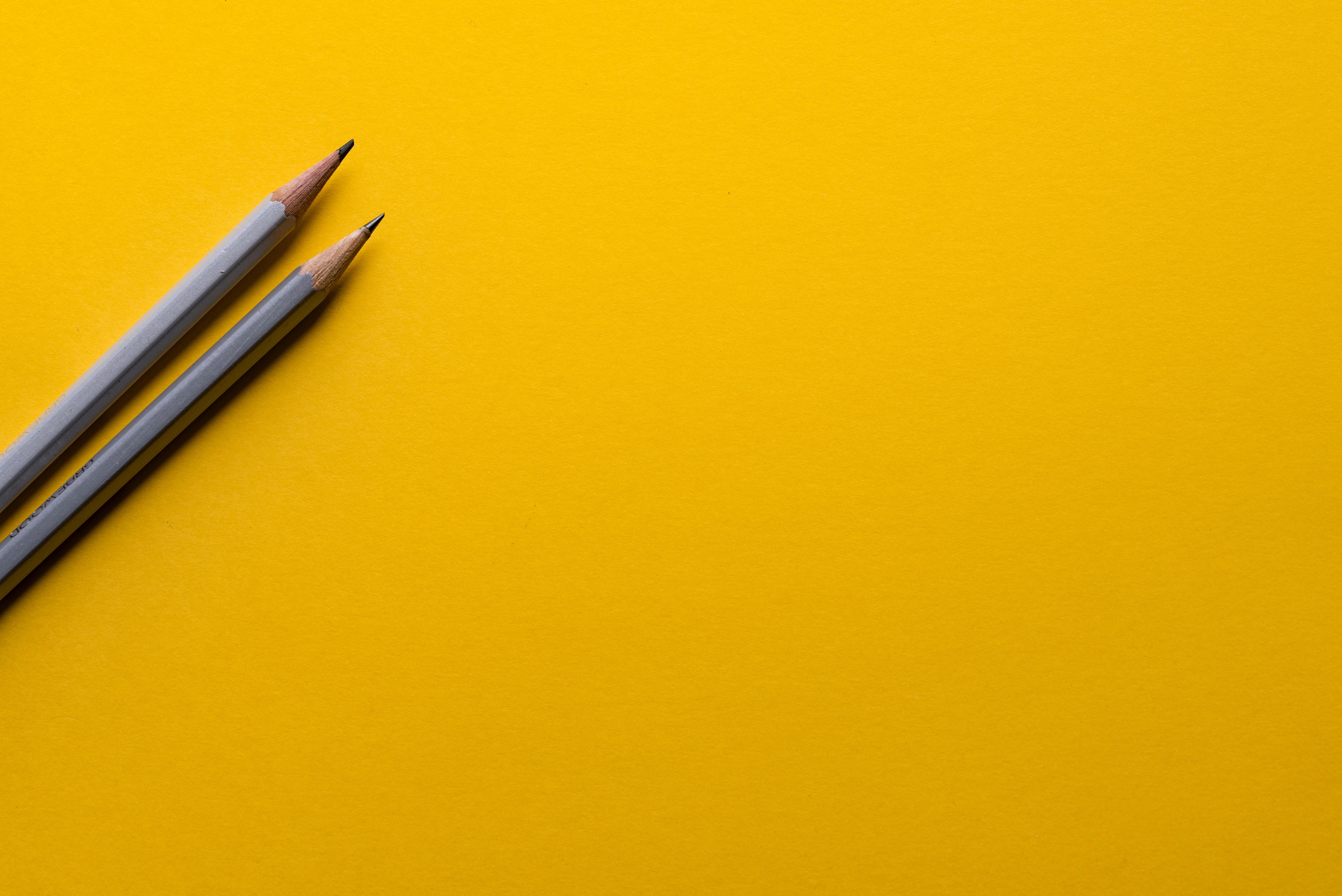 Карандаши на желтом карандаши