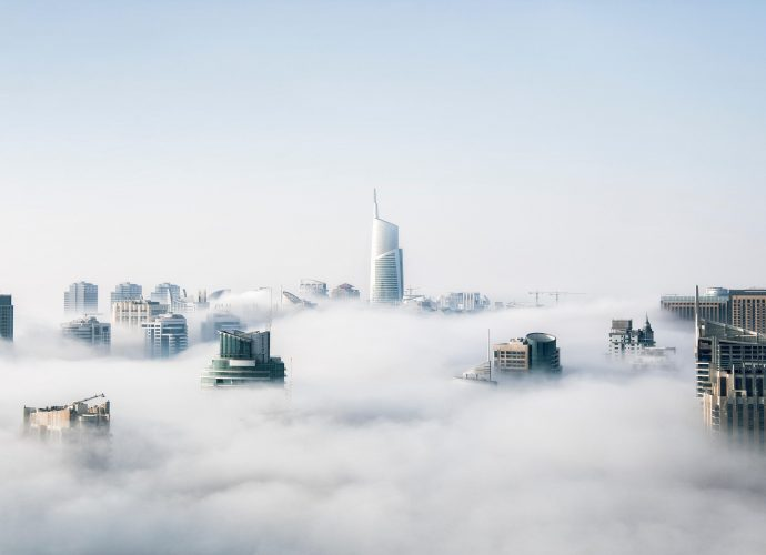 Над облаками туман облака небоскребы город