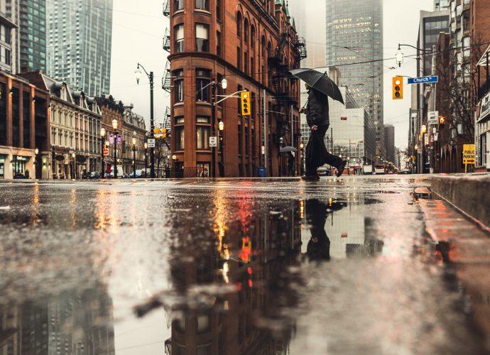 Отражение башни Флэтайрон туман небоскребы канада дождь город