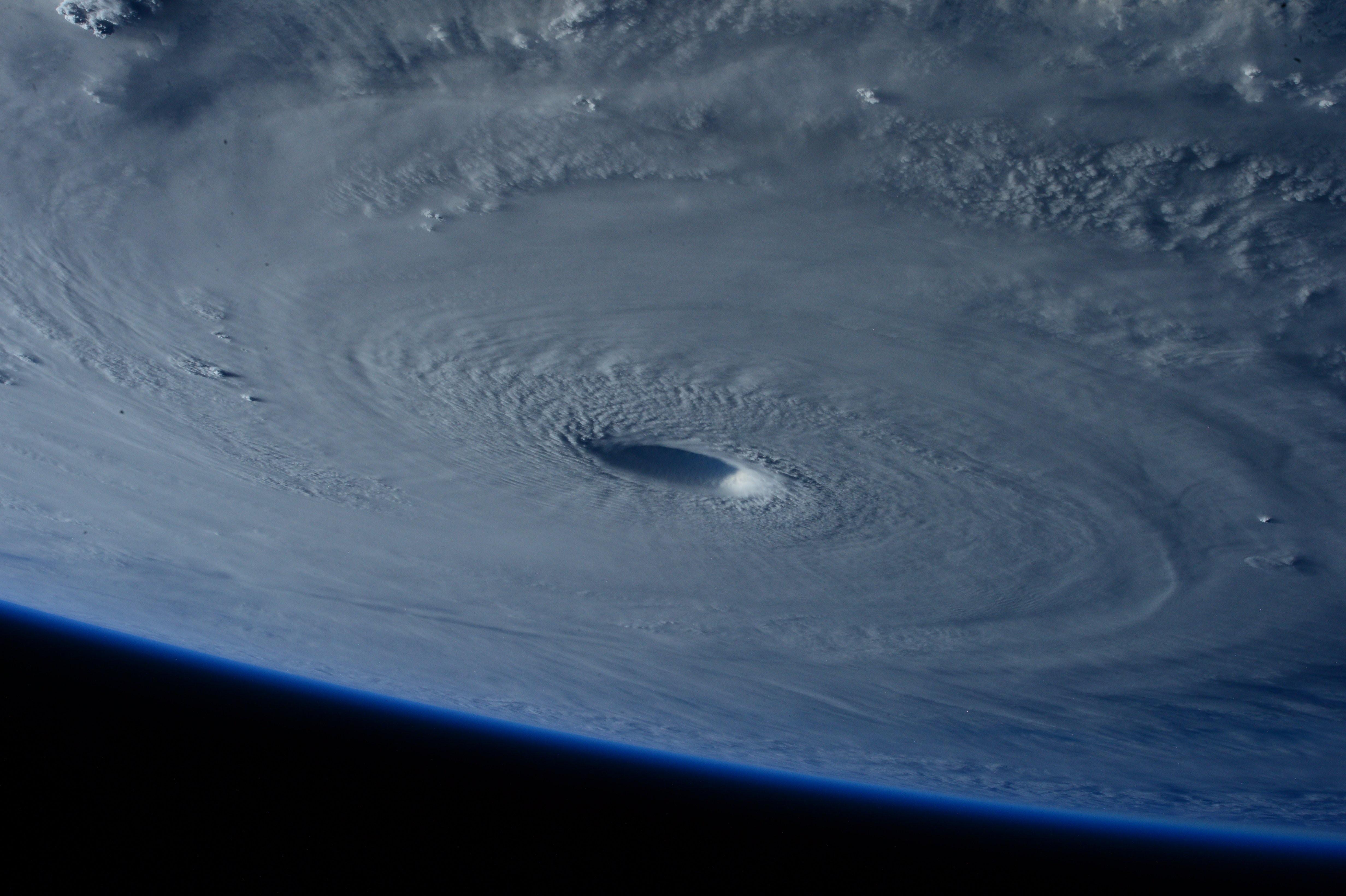 Гигантский ураган ураган погода