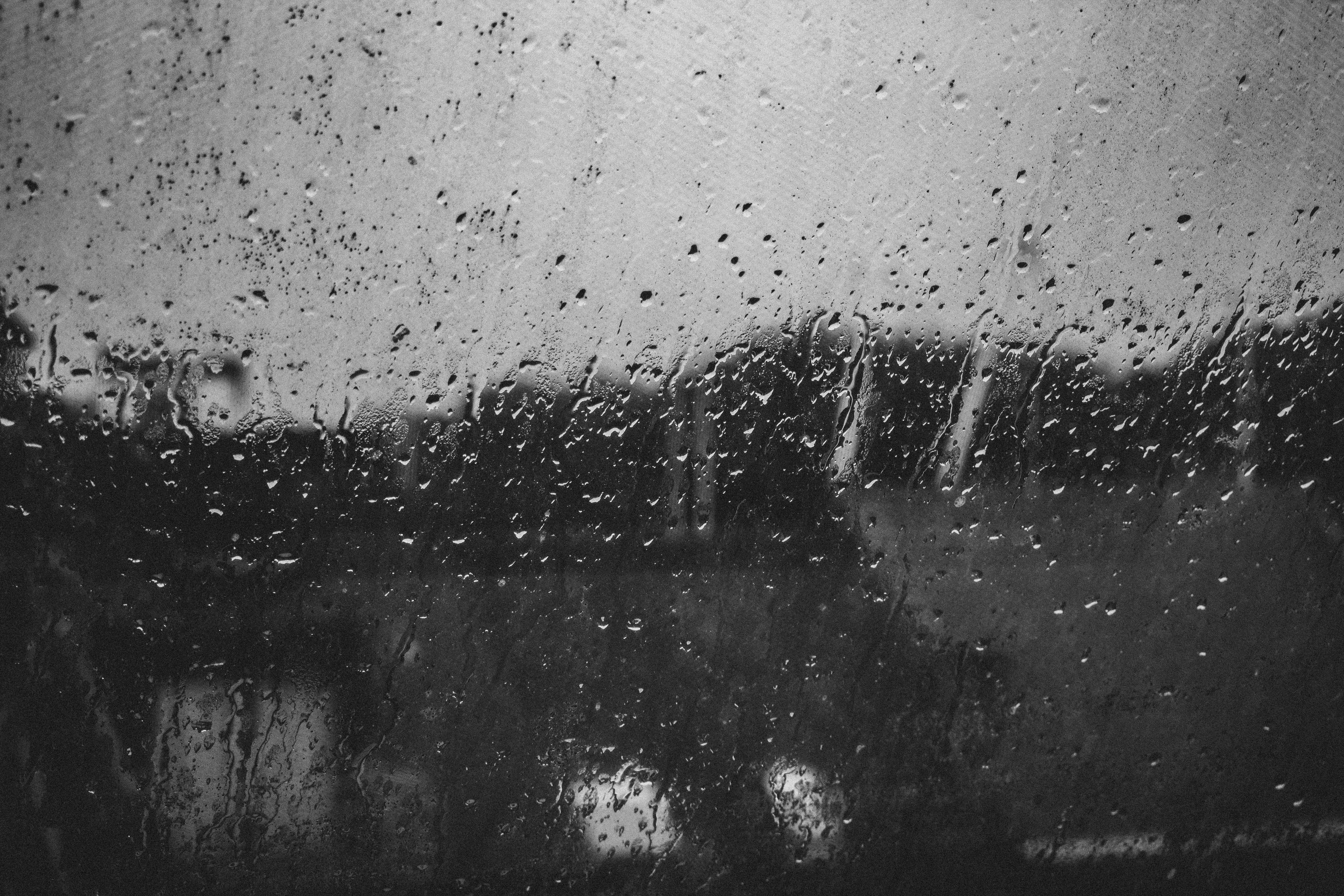 Дождь на стекле черно-белое дорога дождь вода