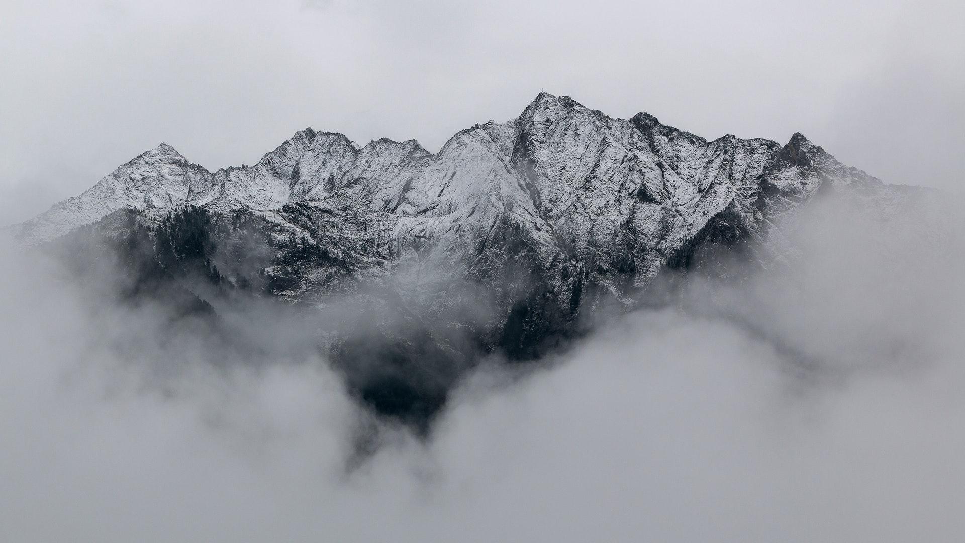 Заснеженные горы в облаках черно-белое снег облака горы