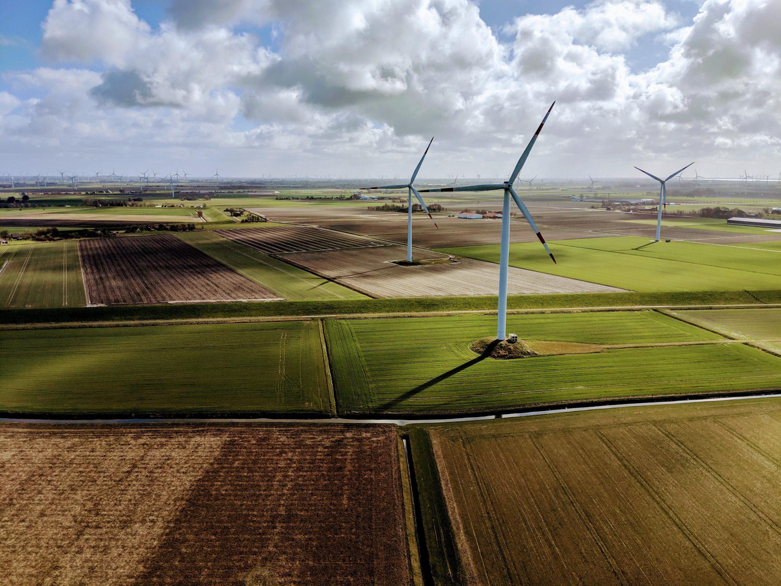 Ветровые установки поля облака небо ветряной генератор ветер
